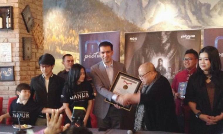 CEO MD Entertainment Manoj Punjabi saat menerima piagam penghargaan dari Ketua Umum Jaya Suprana. (Dok: winnetnews)