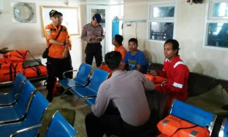 Petugas saat meminta keterangan kepada crew kapal Tugboat Margadiri yang selamat. (Foto: Ist)