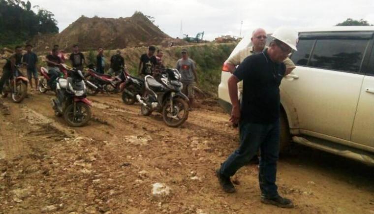 Sejumlah warga saat mendatangi lokasi tambang milik PT Cemindo Gemilang. (Foto: TitikNOL)
