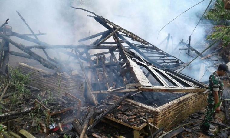 Satu bangunan rumah milik Rasidi Warga Desa Tamansari, Kecamatan Banjarsari hangus terbakar akibat ledakan tabung gas ukuran tiga kilogram. (Foto: TitikNOL)