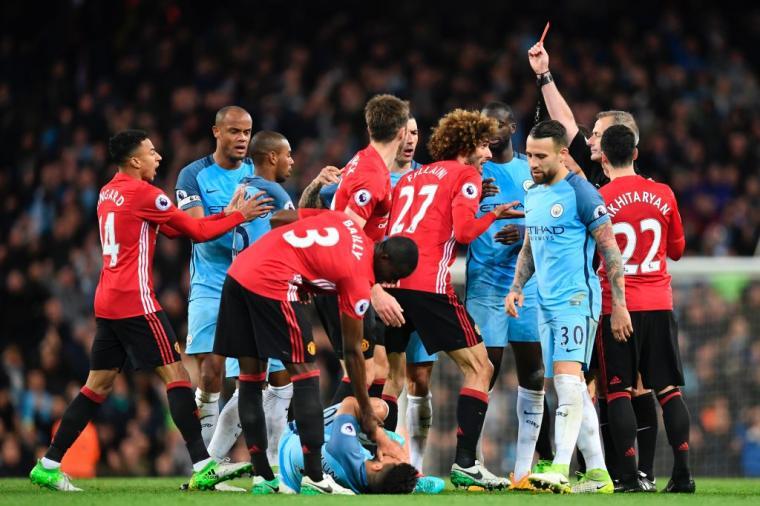 Marouane Fellaini mendapat hadiah kartu merah dari wasit Martin Atkinson. (Dok: twitter)
