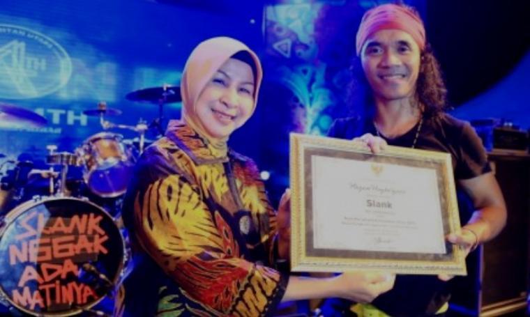 Vocalis Slank, Kaka saat menerima piagam Duta Pariwisata Kalimantan Utara di sela acara Panggung Hiburan Rakyat dalam rangka Memperingati HUT ke-4 Provinsi Kaltara. (Dok: antara)