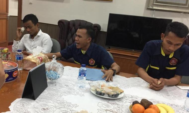 Warga yang mendatangi DPRD Banten nampak menangis dengan penuh emosi saat menyampaikan aspirasinya di hadapan Ketua DPRD Banten Asep Rahmatullah. (Foto: TitikNOL)