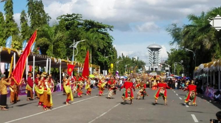 Peserta Cilegon Ethnic Carival saat penampilkan pakaian adat dan tarian. (Foto: TitikNOL)