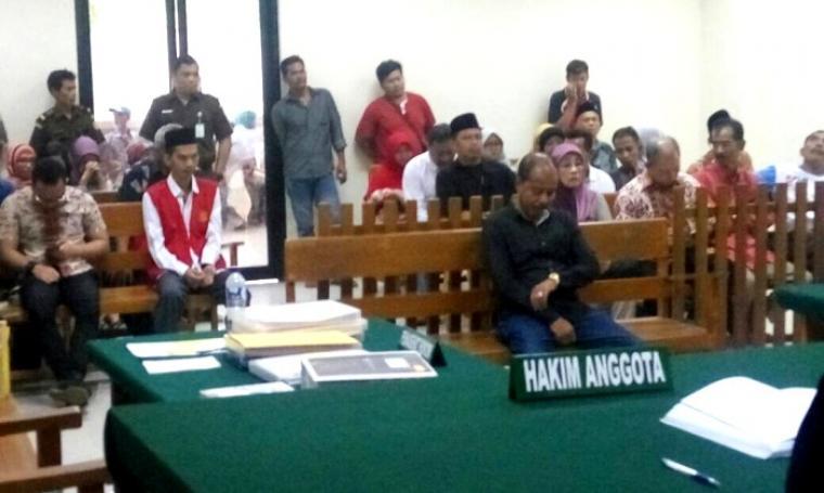 Kepala Desa Songgom Jaya Kecamatan Cikande, Kabupaten Serang saat menjalani persidangan di Pengadilan Negeri Serang. (Foto: TitikNOL)