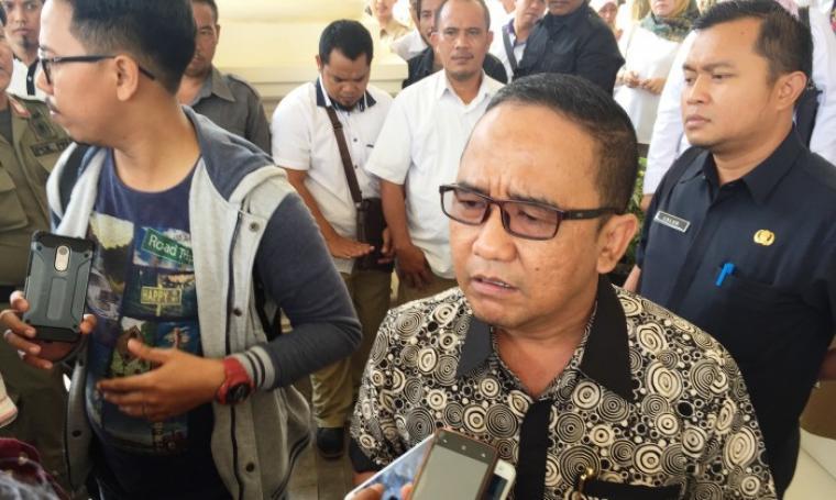 Ketua DPRD Banten Asep Rahmatullah saat dimintai keterangan oleh wartawan. (Foto: TitikNOL)