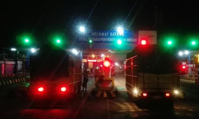 Kendaraan mengantri untuk membeli tiket di tol gate Pelabuhan Merak. (Foto: TitikNOL)