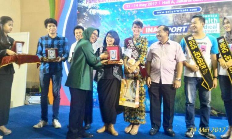Kasie Bidang Promosi Dispar Banten, Dewi Utari saat menerima penghargaan dari Kementrian Pariwisata. (Foto: Istimewa)
