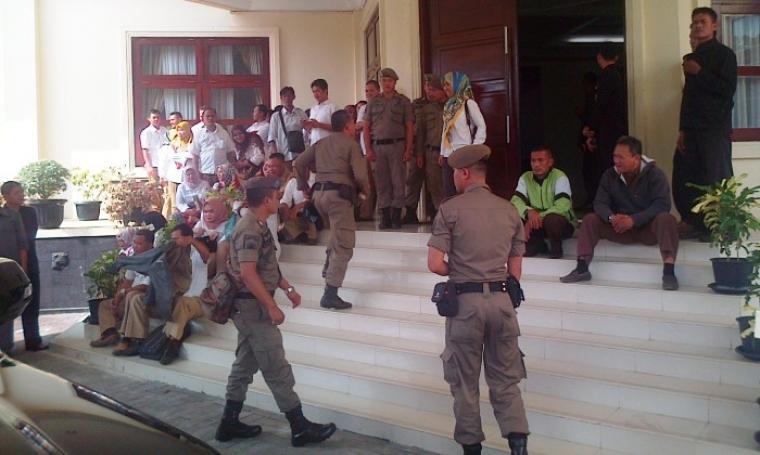 Puluhan honorer K1 Pemprov Banten menduduki kantor gubernur, di KP3B, Kota Serang, Selasa (23/5/2017). (Foto: TitikNOL)