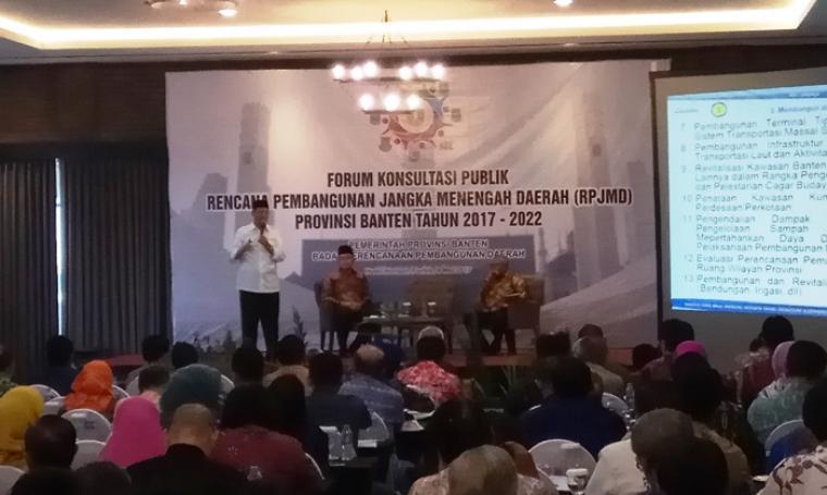 Gubernur Banten terpilih Wahidin Halim memberikan sambutan pada forum konsultasi publik RPJMD Banten 2017-2022, di Hotel Horison Forbis, Kab. Serang, Kamis (4/5/2017). (Foto: TitikNOL)
