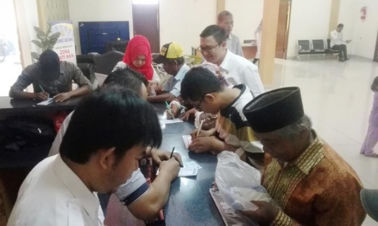 Masyarakat yang membayar pajak kendaraan bermotor terlihat antusias mengisi kupon undian Gebyar Samsat Cilegon. (Foto: TitikNOL)