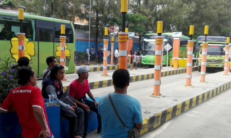 Sopir dan pengurus truk mogok jalan di depan tol gate Pelabuhan Merak. (Foto: TitikNOL)
