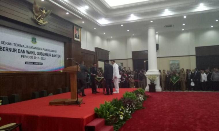 Gubernur Banten WH dengan PJ Gubernur Nata Irawan saat Penandatanganan Serah terima Jabatan, Senin 15/5/2017. (Foto: TitikNOL)