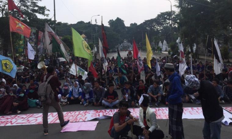 Ratusan mahasiswa gelar aksi unjuk rasa dengan memblokir jalan Jendral Ahmad Yani, yang tepatnya di jalur Alun-Alun Barat, Kota Serang, Selasa (2/5/2017). (Foto: TitikNOL)