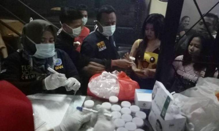 Petugas BNN Kota Cilegon saat melakukan tes urine kepada pengunjung dan karyawan tempat hiburan malam Grand Krakatau. (Foto:.BNN Kota Cilegon)
