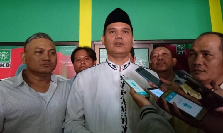 Calon Wali Kota Serang Wahyudin Jahidi tengah dimintai keterangan oleh awak media. (Foto: TitikNOL)
