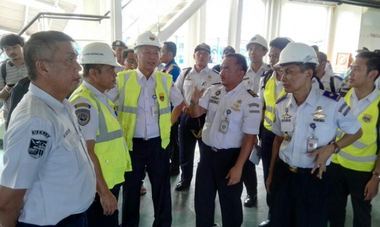 Dirjen Perhubungan Laut Kementerian Perhubungan Tonny Budiono saat mengecek kondisi kapal di Pelabuhan Merak. (Foto: TitikNOL)