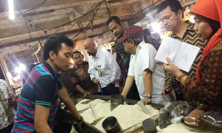Rombongan watimpres saat meninjau ketersedian pangan disalah satu lapak pedagang di Pasar Induk Rau Kota Serang. (Foto: TitikNOL)
