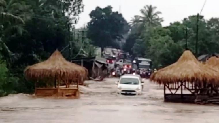 Air terlihat menutupi badan jalan di ruas Serang - Pandeglang. (Foto: TitikNOL)