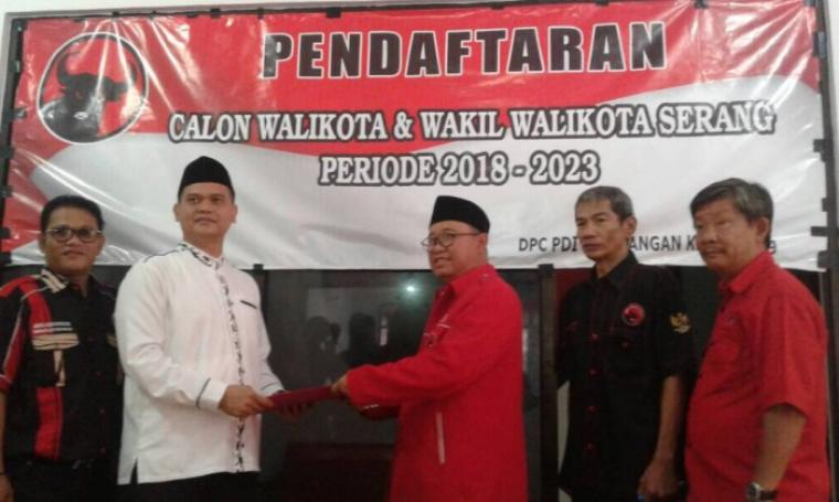 Bakal Calon Wali Kota Serang Wahyudin Djahidi saat mengembalikan berkas formulir pendaftaran di DPC PDIP Kota Serang, Rabu (16/5/2017). (Foto: TitikNOL)