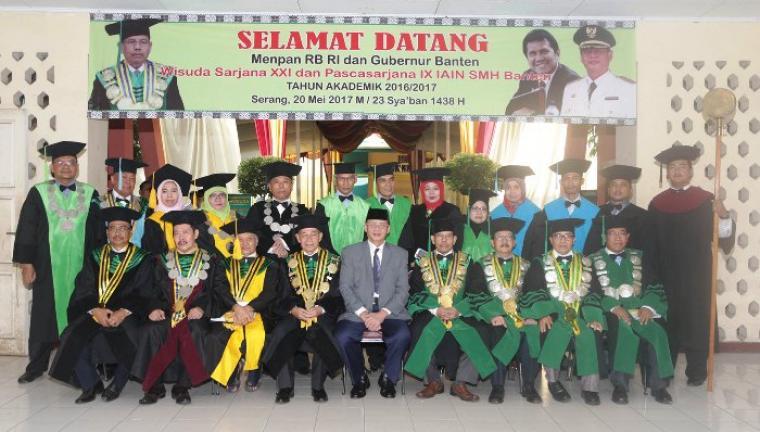 Gubernur Banten Wahidin Halim, saat berfoto bersama dengan civitas akademika IAIN SMH Banten. (Foto: hms)