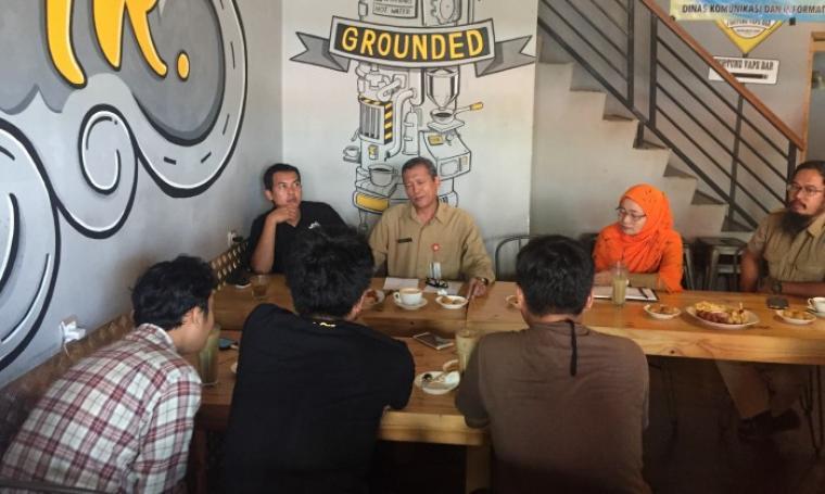Kadiskominfo Kota Serang Hamsyin SY saat memberikan keterangan kepada awak media. (Foto: TitikNOL)