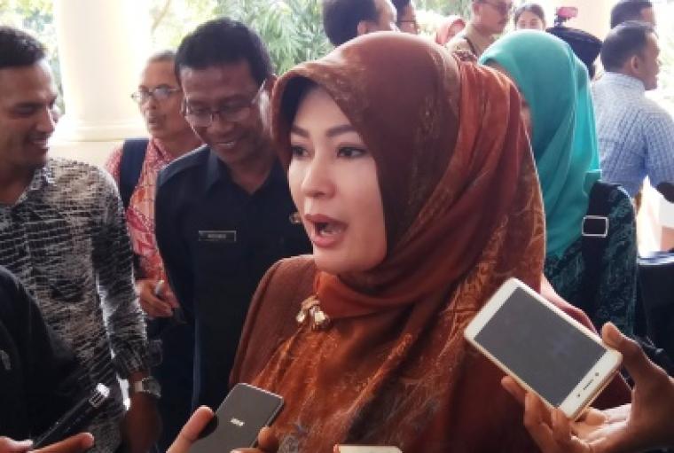 Bupati Pandeglang Irna Narulita saat diwawancarai wartawan. (Foto: TitikNOL)