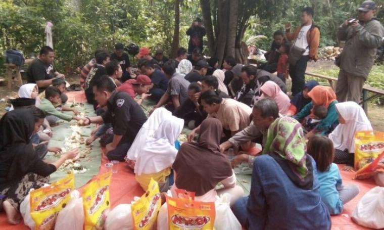 Suasana acara bacakan Komunitas Facebook Bahasa Jawa Serang (BJS) bersama anak yatim di di Kebon Dalung, Sayabulu, Kota Serang, Minggu (21/5/2017). (Foto: TitikNOL)