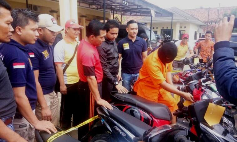 AKBP Wibowo saat menggelar ekspose pelaku pencurian motor (curanmor) di Polres Serang, Jumat (12/5/2017). (Foto: TitikNOL)