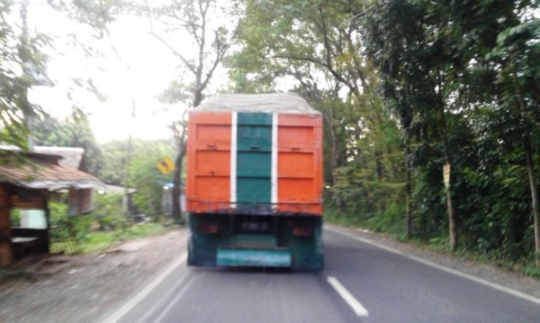 Dump Truck/Tronton pengangkut pasir basah melaju dari arah jalan Sudirman menuju ke arah jalan Ahmad Yani Rangkasbitung. (Foto: TitikNOL)