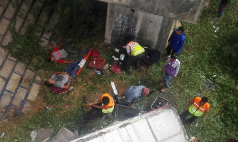 Korban kecelakan bus SM Prima saat dievakuasi dan langsung diberikan penanganan medis di lokasi kejadian. (Foto: TitikNOL)