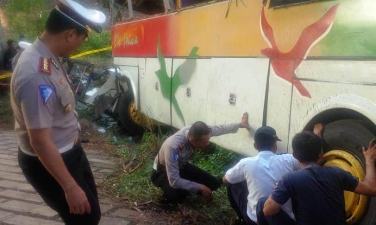 Dir Lantas Polda Banten Kombes Pol Tri Julianto Djatiutomo bersama petugas Dishubkominfo Banten mengecek bus SM Prima yang kecelakaan di KM 86 Tol Tangerang-Banten. (Foto: TitikNOL)