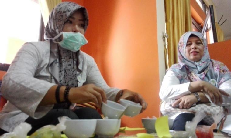 Petugas dari Dinas Ketahanan Pangan dan Penyuluhan (DKPP) Provinsi Banten saat memeriksa sayuran dan bumbu dapur di Pasar Tradisional Kranggot. (Foto: TitikNOL)