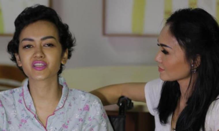 Julia perez saat bersama Yuni Shara. (Dok: Kompas)