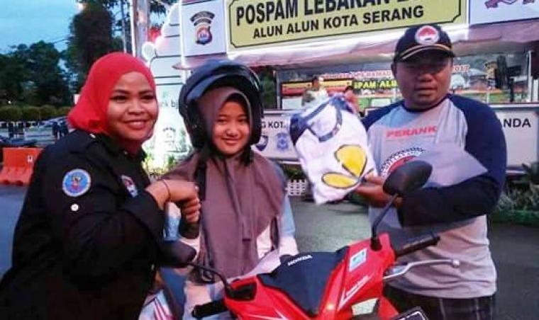 Ketua Perank Banten Tb Utsman Sastradilaga (kanan), saat memberikan kaos kepada pengguna jalan. (Foto: Ist)