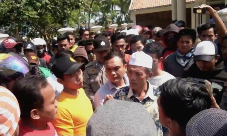 Pimpinan PT BJP, H. Ikhsan saat menemui ratusan karyawannya. (Foto: TitikNOL)