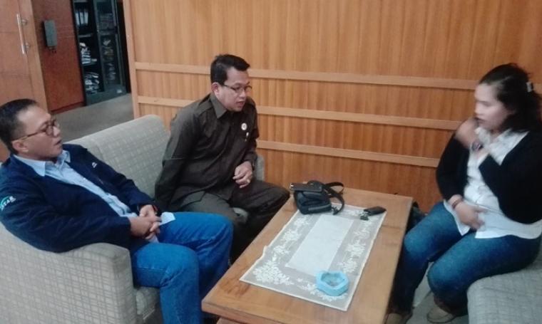 Community Affair Senior officer PT Chandra Asri Petrochemical ,Wawan Mulyana dan Sektretaris Komisi II DPRD Kota Cilegon, Syarif Ridwan saat memberikan keterangan kepada wartawan. (Foto: TitikOL)