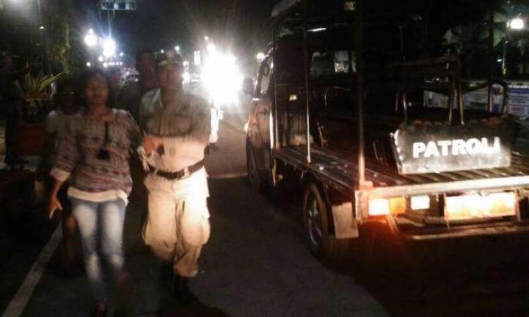 Petugas Satpol PP Kota Cilegon saat menggelandang PSK yang terjaring razia. (Foto: TitikNOL)