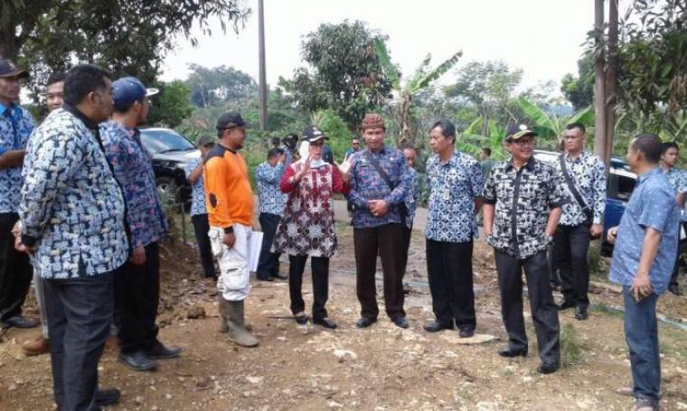 Bupati Lebak Iti Octavia Jayabaya (tengah) saat berdiskusi dengan Camat Cilograng dan Kades Desa Lebak Tipar. (Foto: TitikNOL)