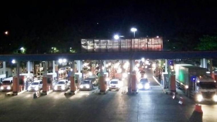 Pemudik menggunakan kendaraan pribadi di Pelabuhan Merak terlihat mengantre di tol gate tempat pembelian tiket