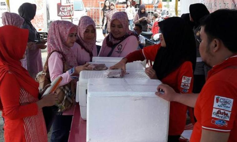 Polres Lebak gelar bazar daging murah di halaman kantor Mapolsek Rangkasbitung. (Foto: TitikNOL)