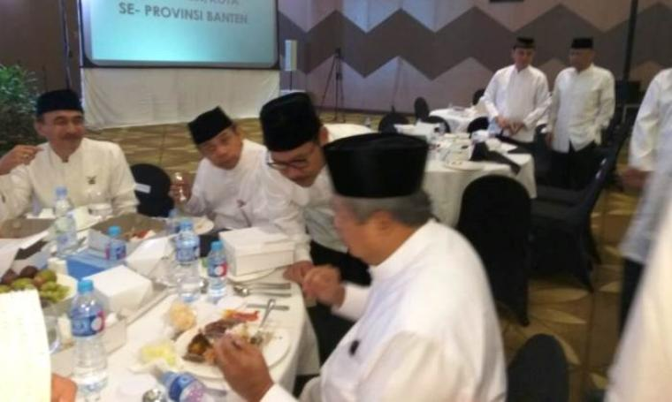 Sekda Banten Ranta Soeharta (Berkacamata) saat Berbincang dengan Ketua Umum Partai Demokrat Susilo Bambang Yudhoyono. (Foto: TitikNOL)