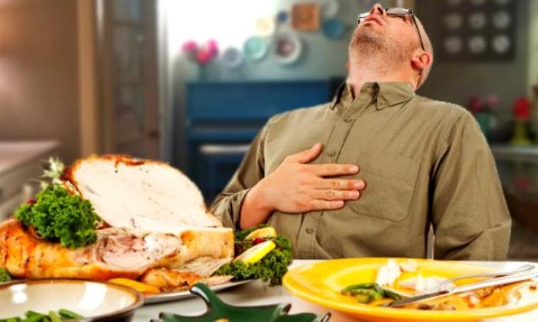 Ilustrasi makan berlebih saat berbuka puasa. (Dok: hadiah)