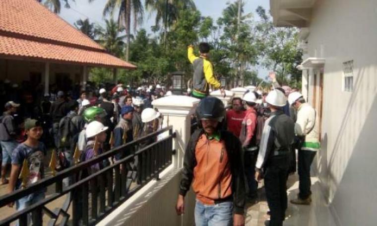 Ratusan karyawan PT. BJP di kecamatan Bayah kepung kantornya sendiri untuk menuntut pemberian THR dan pembayaran gaji. (Foto: TitikNOL)