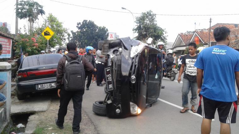 Xenia Hantam Timor di ruas Jalan Siliwangi - Rangkasbitung. (Foto: TitikNOL)
