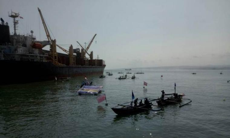 Puluhan nelayan kecamatan Bayah Melakukan Aksi unjuk rasa dengan cara mengepung dermaga PT Cemindo Gemilang. (Sabtu/10/6/2017). (Foto: TitikNOL)