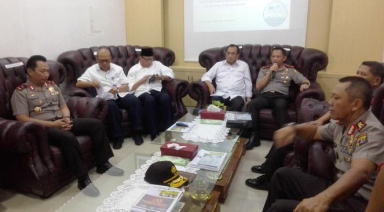 Kapolri Jenderal Tito Karnavian ( memegang mik), saat menggelar konferensi pers di kantor PT ASDP Merak. (Foto: TitikNOL)