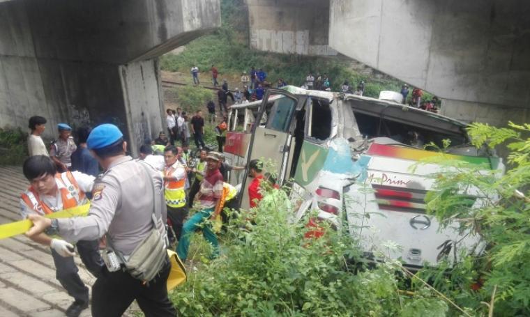Petugas kepolisian yang dibantu petugas dari tol dan warga saat mengevakuasi penumpang bus SM Prima yang mengalami kecelakaan tunggal di KM 86 Tol Tengerang -Merak. (Foto: TitikNOL)
