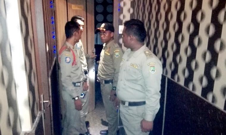 Petugas Dinas Satpol PP Kota Cilegon saat melakukan monitoring ke tempat hiburan malam. (Foto: TitikNOL)