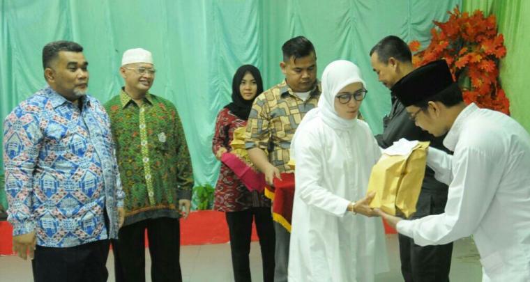 Bupati Lebak Iti Octavia Jayabaya menyerahkan bantuan dana insentif guru Madin di Lebak. (foto:TitikNOL)